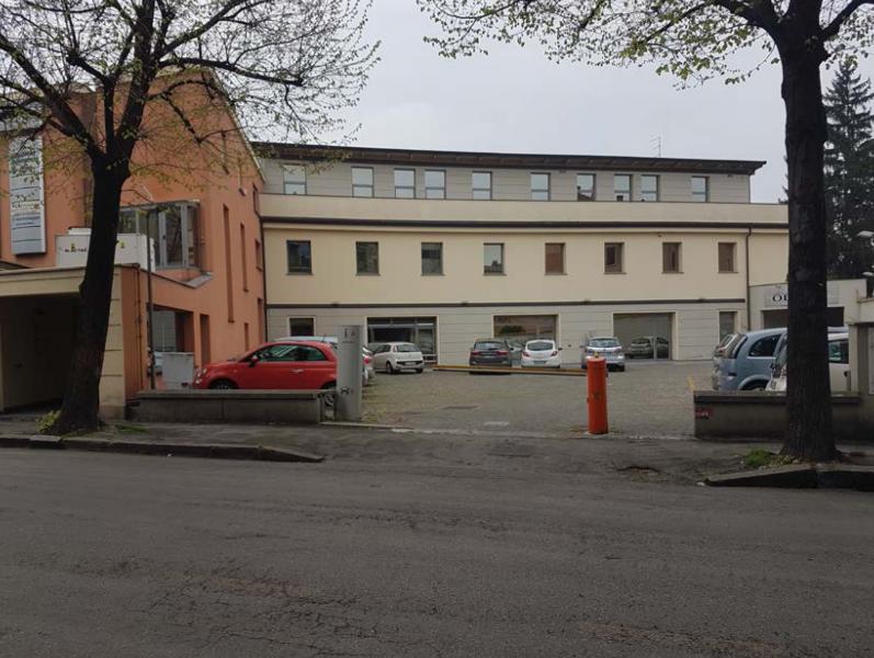 Negozio con annessi posti auto scoperti ubicati al piano terra di un complesso commerciale Parma