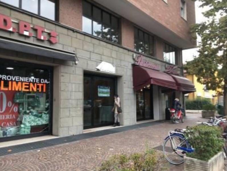 Unità immobiliare ad uso negozio, posta al piano terra e primo di un più ampio complesso immobiliare a destinazione mista, residenziale/commerciale/terziaria  Modena