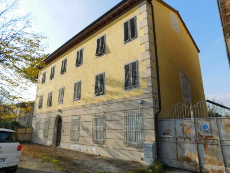 Fabbricato storico, suddiviso in due unità immobiliari a destinazione direzionale, sviluppatosi su tre piani fuori terra oltre sottotetto, ubicato nel Comune di Lucca